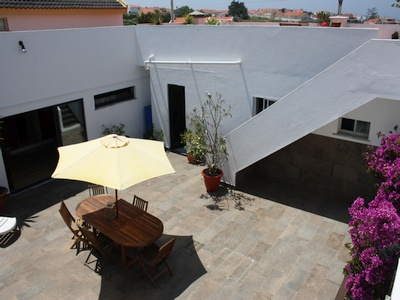 Silvercoast Apartments Beautiful Courtyard and dining